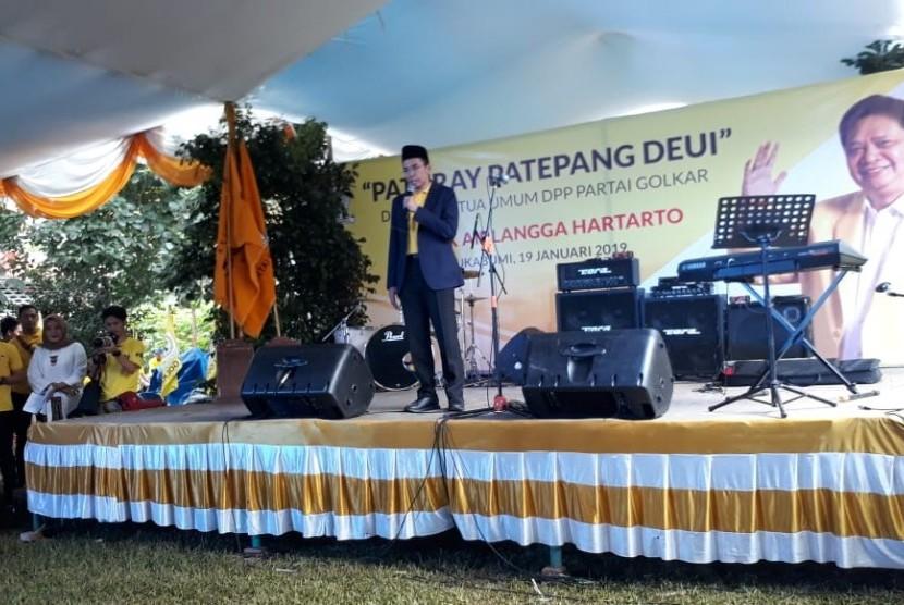 Ketua Umum Partai Golkar Airlangga Hartarto dan Tuan Guru Bajang (TGB) Muhammad Zainul Majdi melakukan ziarah ke makam keluarga besar Airlanggar Hartarto di Sukabumi Sabtu (19/1). Selain itu keduanya menghadiri silaturahmi bersama kader Golkar di Sukabumi.