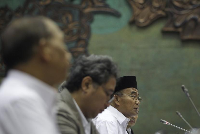 Menteri Pendidikan dan Kebudayaan Muhadjir Effendy (kiri) menyampaikan paparan pada rapat kerja dengan Komisi X DPR di Kompleks Parlemen, Senayan, Jakarta, Senin (21/1/2019).