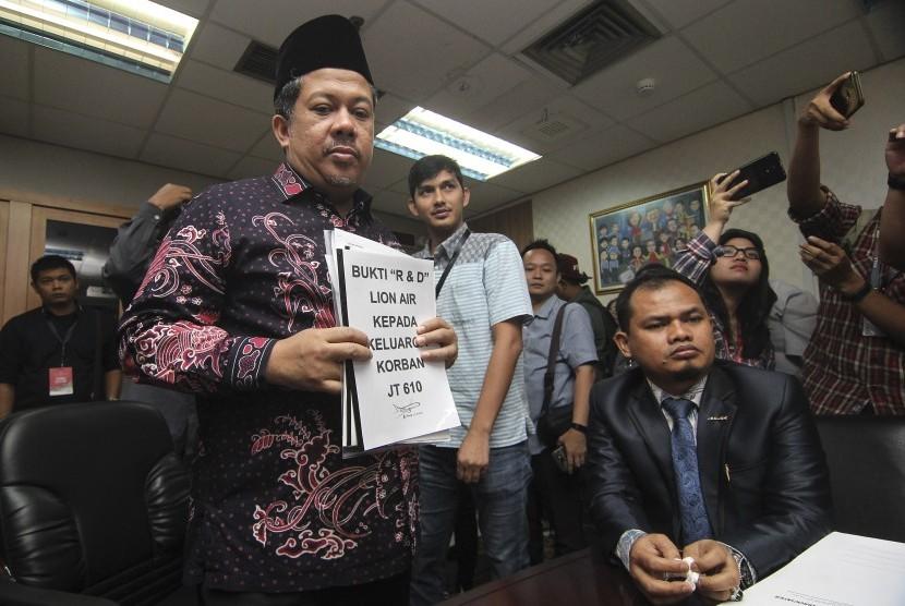 Wakil Ketua DPR Fahri Hamzah (kiri) menerima laporan dari keluarga korban kecelakaan pesawat Lion Air PK-LQP dengan nomor penerbangan JT 610 di Kompleks Parlemen, Senayan, Jakarta, Senin (21/1/2019).