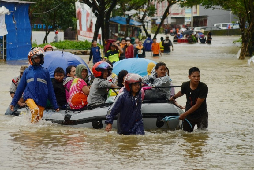 Residents in Paccerakkang, Makassar, South Sulawesi, evacuated on Tuesday (Jan 22).