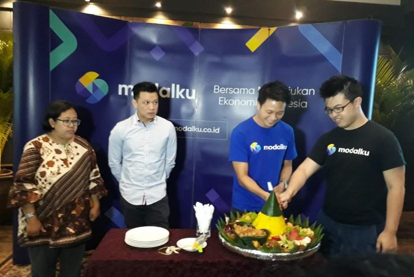 Modalku merayakan ulang tahun ketiga di Kembang Goela, Jakarta Pusat, Rabu (23/1). CEO Modalku, Reynold Wijaya (baju biru), COO Modalku Iwan Kurniawan (baju hitam), bersama perwakilan lender dan borrower.