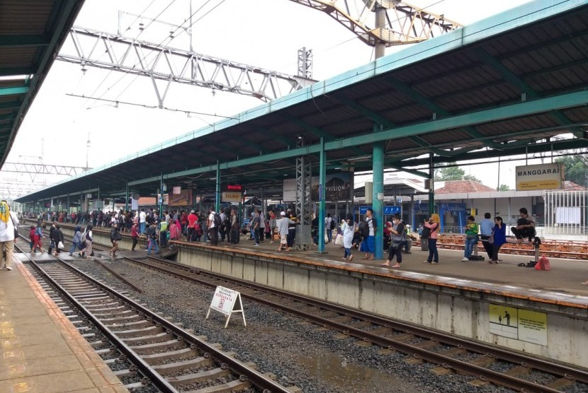 Penumpang kereta rel listrik (KRL) jurusan Depok/Bogor dan Bekasi/Cikarang menunggu di Peron 4 Stasiun Manggarai, Rabu (23/1) pagi.