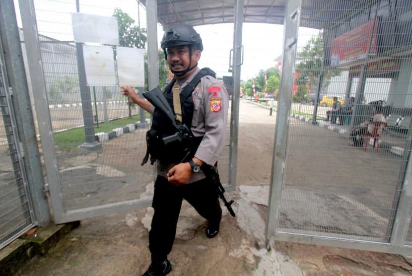 Personel kepolisian berjalan saat berjaga di pintu masuk Lapas Gunung Sindur di Bogor, Jawa Barat , Rabu (23/1/2019).