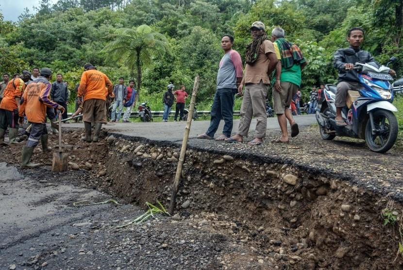 Sejumlah pekerja memperbaiki jalan yang ambles (ilustrasi)