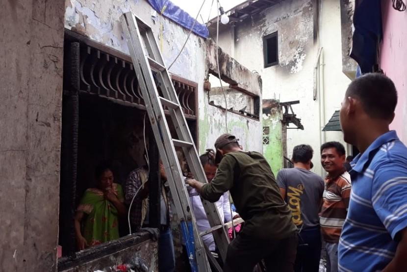 Kondisi puing-puing bangunan yang terbakar pada Senin (21/1) lalu di wilayah terdampak kebakaran di Jalan Tomang Utara, RW 11, Jakarta Barat, Rabu (23/1).