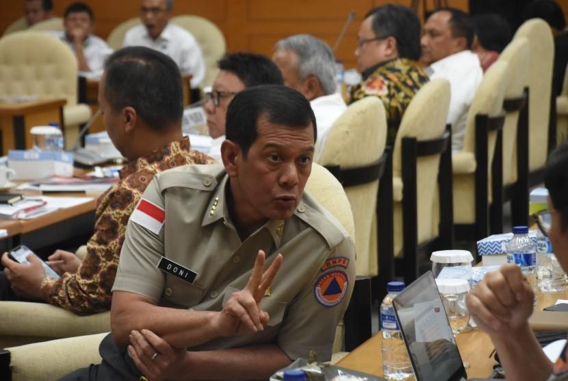 Kepala Badan Nasional Penanggulangan Bencana (BNPB) Letjen TNI Doni Monardo mengikuti rapat kerja dengan Pimpinan DPR di Kompleks Parlemen Senayan, Jakarta, Rabu (23/1/2019).