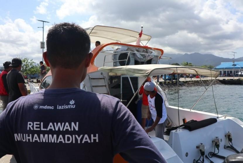 Lazismu memberikan bantuan dalam ekspedisi zakat di pulau terpencil di Maluku.