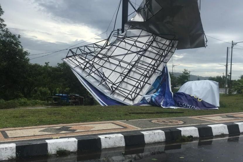 Baliho roboh di Lombok Barat akibat cuaca ekstrem pada Kamis (24/1).