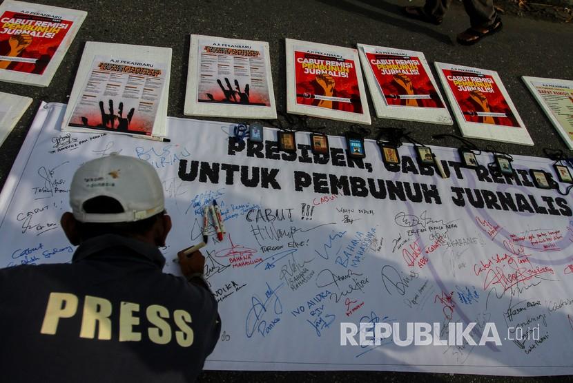 Jurnalis membentangkan spanduk dan poster untuk memberi dukungan dalam aksi damai 'Cabut Remisi Pembunuh Jurnalis'
