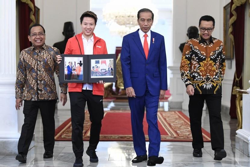 Presiden Joko Widodo (kedua kanan) didampingi Menteri Sekretaris Negara Pratikno (kiri), Menteri Pemuda dan Olahraga Imam Nahrawi (kanan) usai menerima atlet bulutangkis Liliyana Natsir (kedua kiri) di Istana Merdeka, Jakarta, Selasa (29/1/2019).
