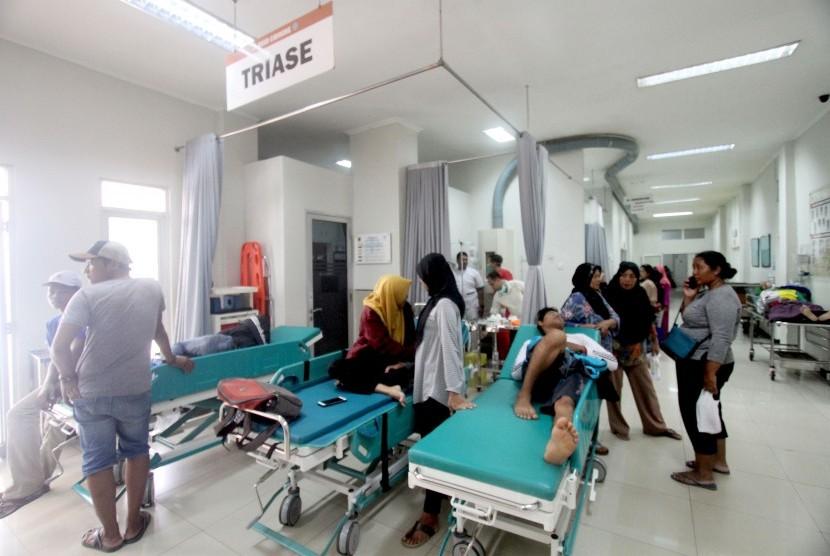 Sejumlah pasien Demam Berdarah Dengue (DBD) menunggu mendapatkan penanganan medis di ruang Unit Gawat Darurat (UGD), Rumah Sakit Umum Daerah Cibinong, Bogor, Jawa Barat, Rabu (30/1/2019).