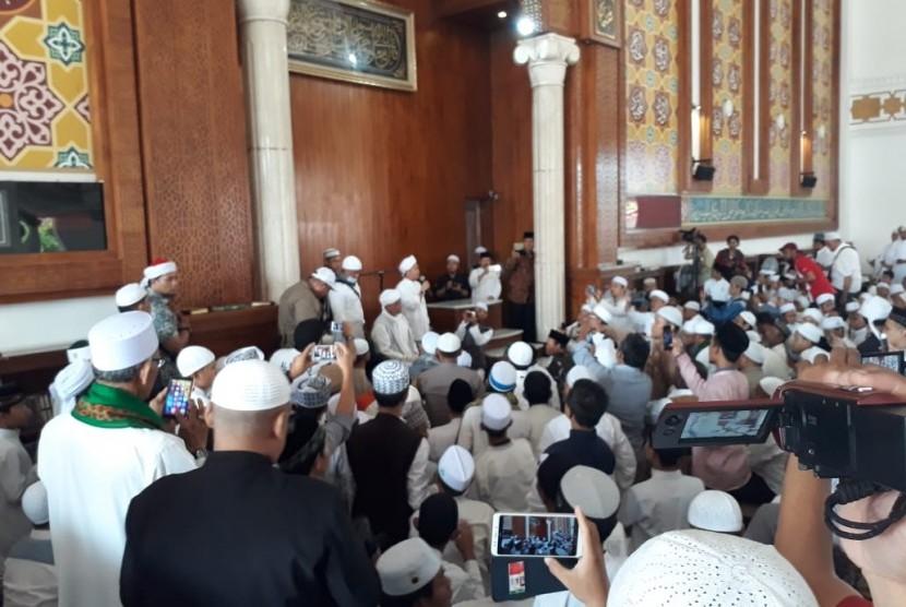 Ustaz Arifin Ilham baru saja tiba di Masjid Az Zikra dan melaksanakan Sholat Duhur berjamaah, Kamis (31/1)