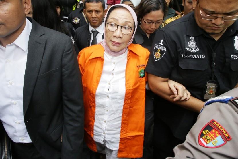 Tersangka penyebaran berita bohong atau hoaks Ratna Sarumpaet bergegas menuju Kejaksaan Negeri Jakarta Selatan dari Polda Metro Jaya, Jakarta, Kamis (31/1/2019).