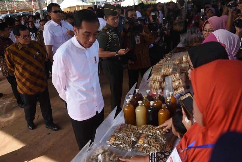 Presiden Joko Widodo meninjau stan UMKM (ilustrasi)