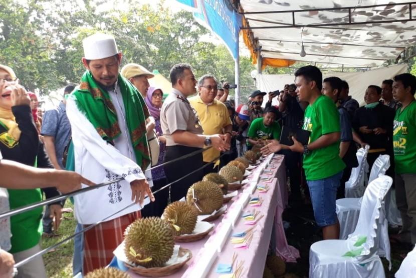 Warga memakan durian di Festival Duren Duren 2 Cikakak Kabupaten Sukabumi Jumat (1/2). Kegiatan tersebut untuk mengenalkan durian lokal Sukabumi.