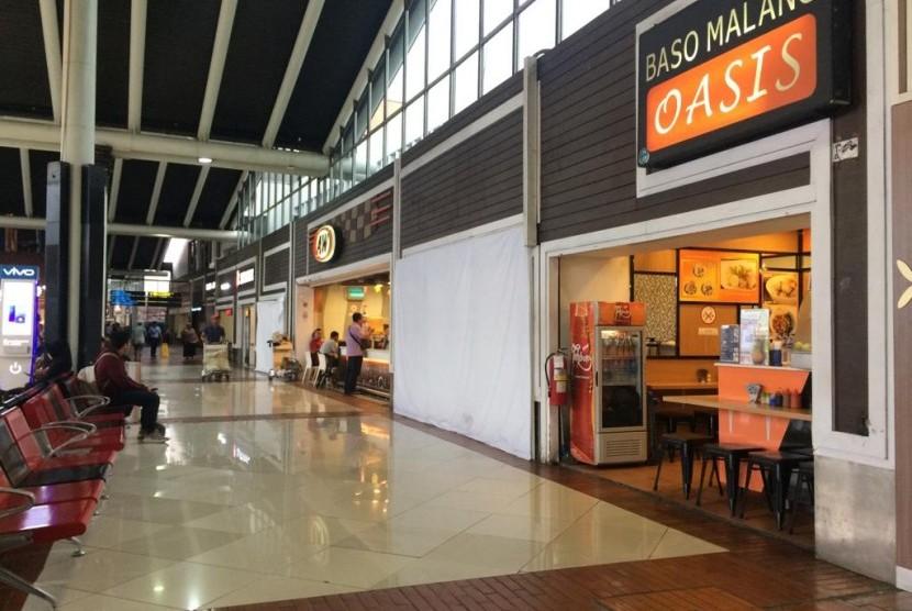 Suasana lengang Terminal 1 Bandara Soekarno-Hatta, Jumat (1/2).