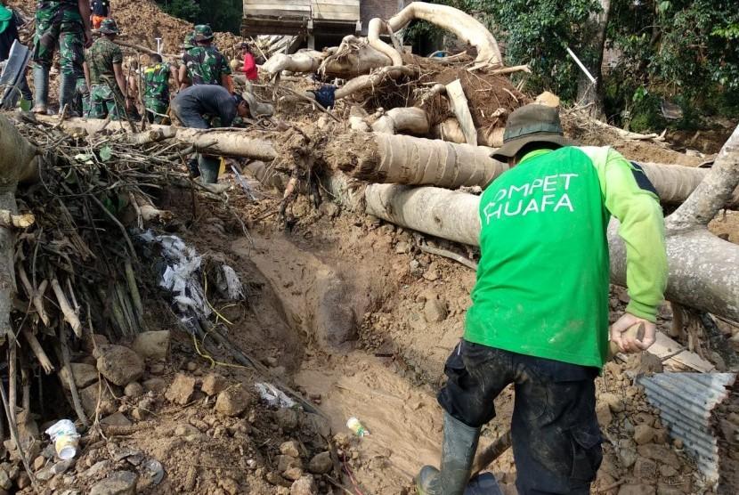 Disaster Management Center (DMC) Dompet Dhuafa bantu bersihkan fasilitas umum yang diterjang banjir di Kota Manado, Sulawesi Utara.