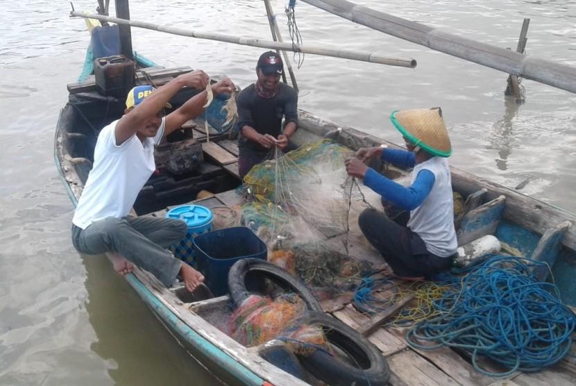 Nelayan asal Kampung Pasir Putih, Desa Sukajaya, Kecamatan Cilamaya Kulon, Karawang, menunjukan udang hasil tangkapannya, Selasa (5/2). Sejak sebulan terakhir, hasil tangkapan nelayan menurun akibat cuaca buruk.