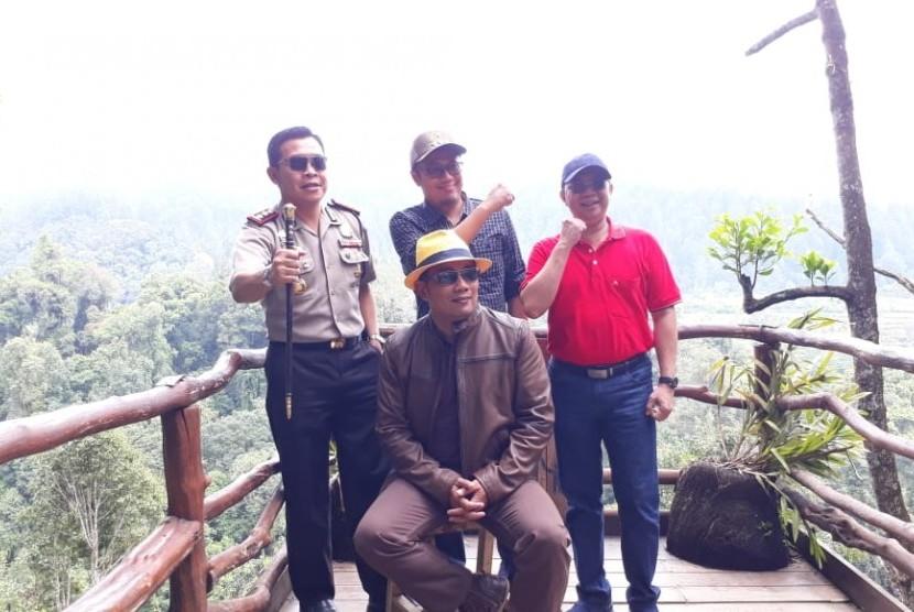 Gubernur Jawa Barat Ridwan Kamil mempromosikan wisata alam seperti jembatan gantung di Kabupaten Sukabumi dan wisata kuliner di Kota Sukabumi.