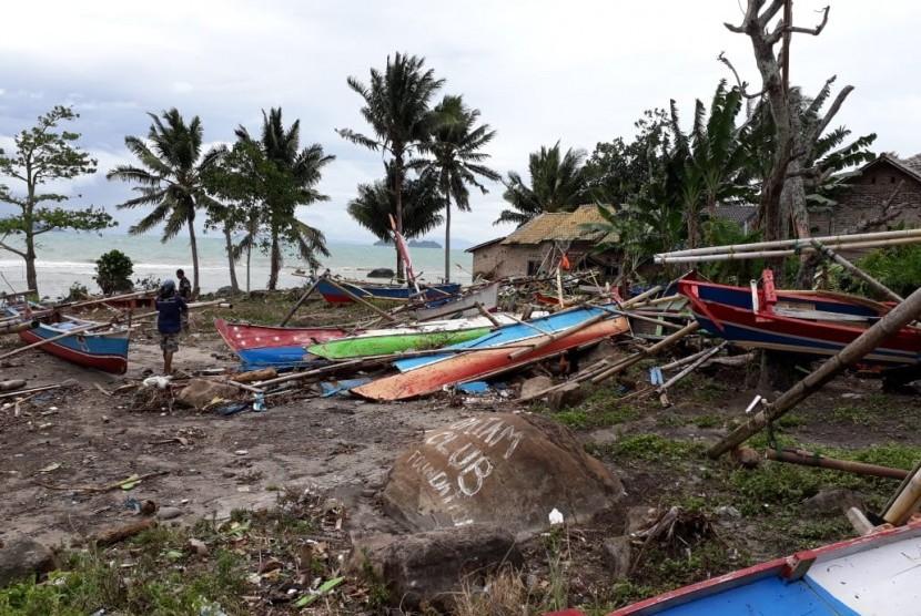 Nelayan pesisir selatan Kabupaten Lampung Selatan, Lampung, sudah sebulan lebih tak kunjung melaut karena kapal dan alat tangkap ikan rusak diterjang tsunami Selat Sunda, akhir tahun lalu.