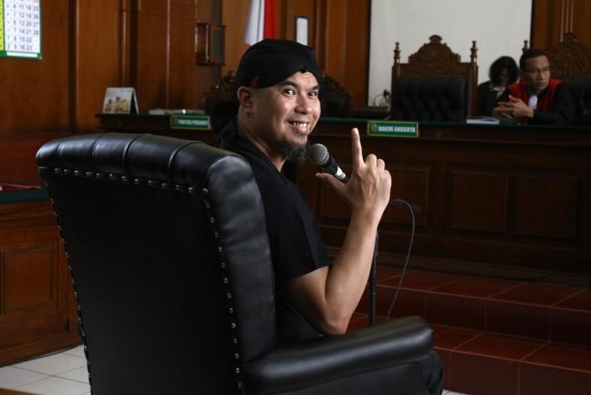 Terdakwa kasus dugaan pencemaran nama baik Ahmad Dhani mengikuti sidang dakwaan di Pengadilan Negeri Surabaya, Jawa Timur, Kamis (7/2/2019).