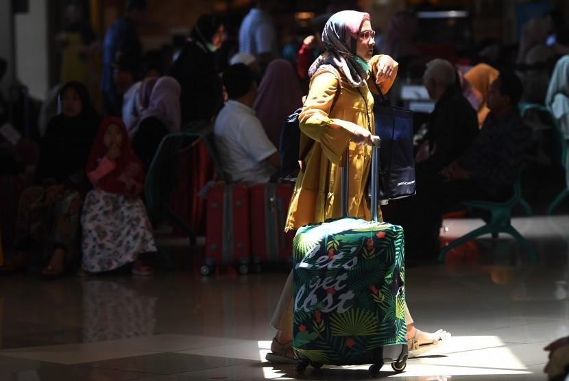Calon penumpang melintas di terminal keberangkatan domestik 1A Bandara Internasional Juanda Surabaya, Sidoarjo, Jawa Timur, Kamis (7/2/2019).
