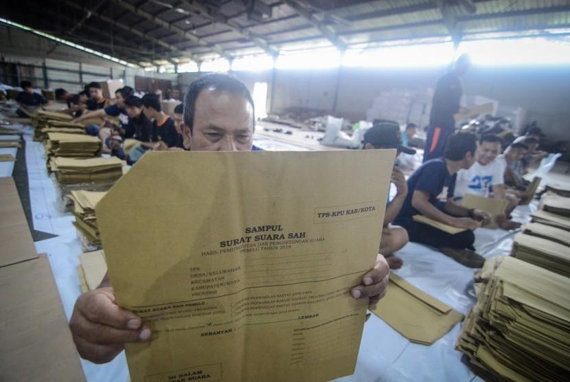 [ilustrasi] Petugas menyusun sampul model C1 di gudang penyimpanan logistik Pemilu di Cipadung, Bandung, Jawa Barat, Kamis (7/2/2019).