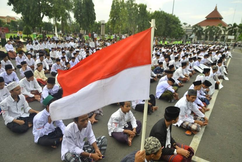 Sejumlah Santri yang tergabung dalam Aliansi Santri Membela Kyai (Asmak) berdoa bersama saat mengikuti aksi bela santri di Kudus, Jawa Tengah, Jumat (8/2). Aksi serupa hari ini juga terjadi di Jember.
