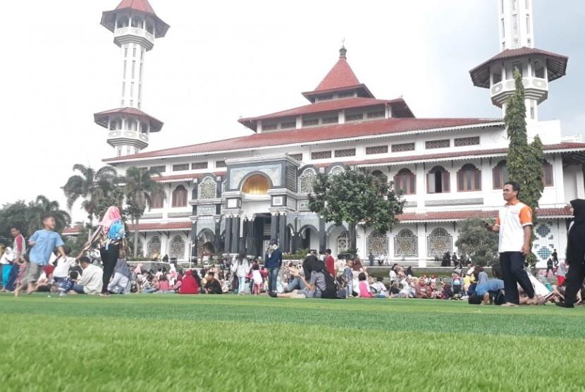 Warga memadati kawasan Alun-Alun Cianjur di Kabupaten Cianjur yang baru diresmikan Presiden Joko Widodo Jumat (8/2) siang
