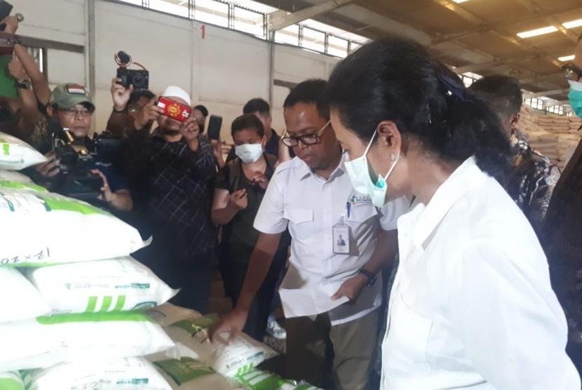 Menteri BUMN Rini Soemarno mengunjungi Gudang Lini III PT Pupuk Indonesia di Cianjur, Jumat, (8/2).