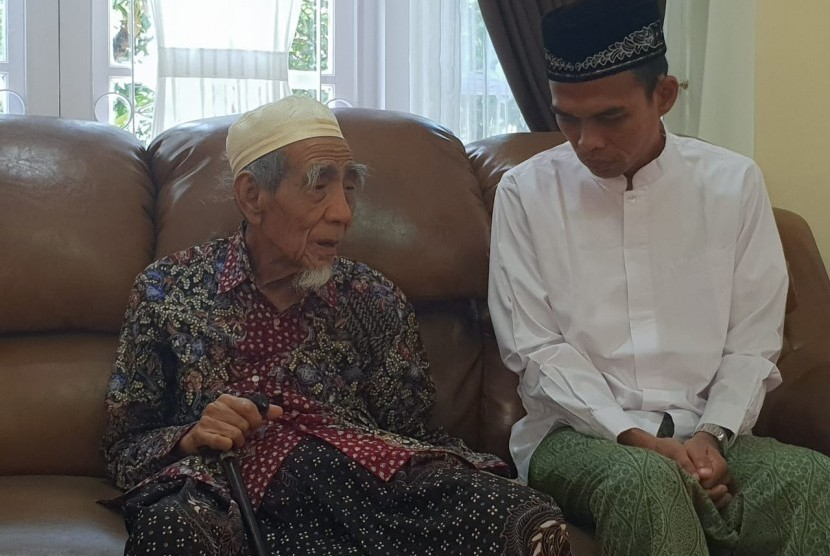 Ustaz Abdul Somad silaturahim kepada Mbah Moen (KH Maimoen Zubair) pada Sabtu (9/2) pagi ini.