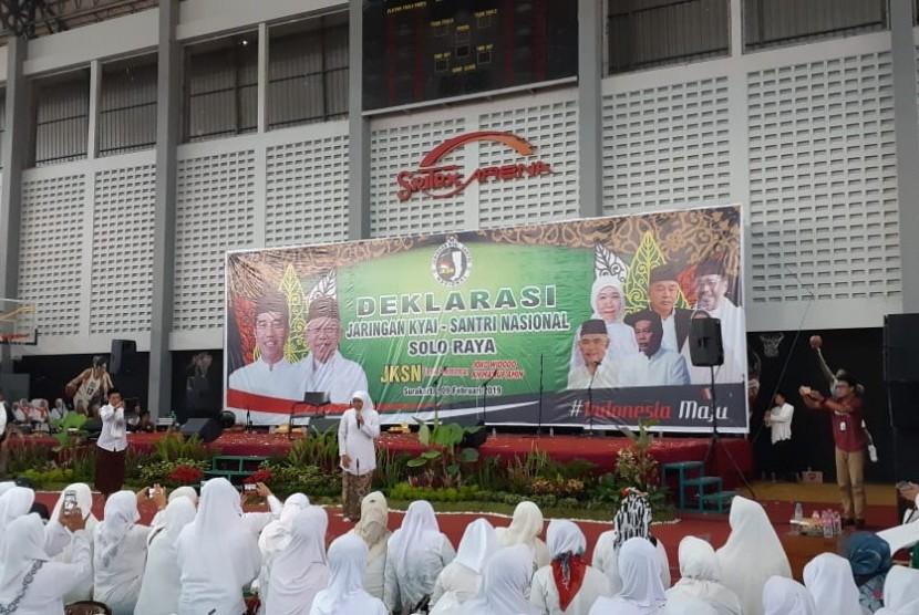 Ketua Muslimat NU Khofifah Indar Parawansa memberikan arahan dalam acara Deklarasi Jaringan Kiai-Santri Nasional (JKSN) Solo Raya untuk pemenangan Jokowi-Maruf, di GOR Sritex Arena, Solo, Jawa Tengah, Jumat (9/2). Deklarasi tersebut dihadiri lebih dari 1.000 umat muslim di Solo Raya.
