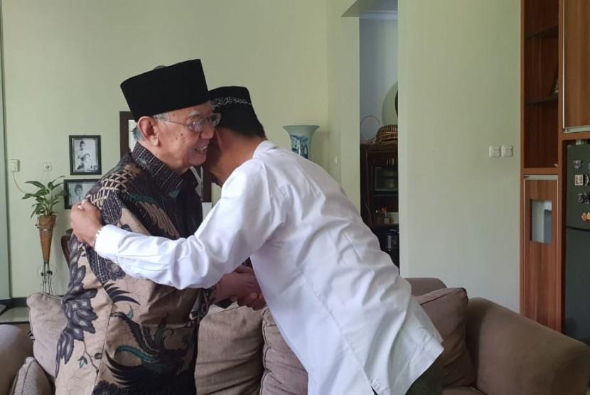 Ustaz Abdul Somad Diterima Hangat di Tebuireng] Ustaz Abdul Somad diterima Gus Solah dan para pengurus Pondok Pesantren Tebuireng di Jombang, Jawa Timur, Sabtu (9/2)