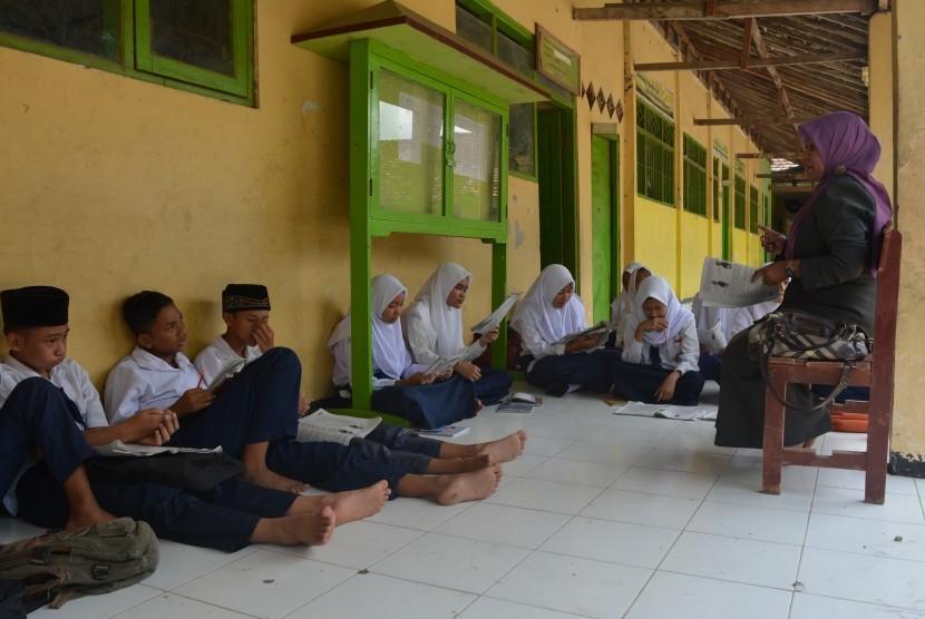 Siswa Madrasah Tsanawiyah (MTs) mengikuti proses belajar di teras depan ruang kelas MI Bahrul Ulum Dusun Warugunung Lor, Desa Kupang Kecamatan Jetis, Kabupaten Mojokerto, Jawa Timur (ilustrasi)