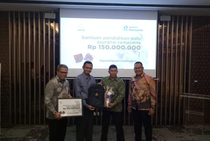 PT Asuransi Ramayana Tbk menyerahkan bantuan pendidikan Palu sebesar Rp 150 juta pada Lembaga Amil Zakat Nasional Bangun Sejahtera Mitra Umat ( Laznas BSMU) di Wisma Mandiri I, Jakarta Pusat, Selasa (12/2).