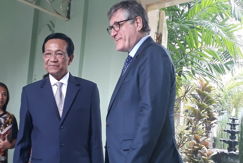 Dubes Jerman untuk Indonesia Peter Schoo berdialog dengan wartawan  usai beraudiensi dengan Gubernur DIY Sri Sultan Hamengku Buwono X di  Kepatihan Yogyakarta , Jumat (15/2).