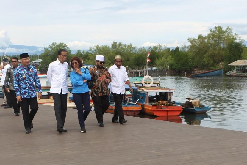 Incumbent President Joko Widodo (center) oversees fishermen village in Bengkulu, Friday (Feb 15).