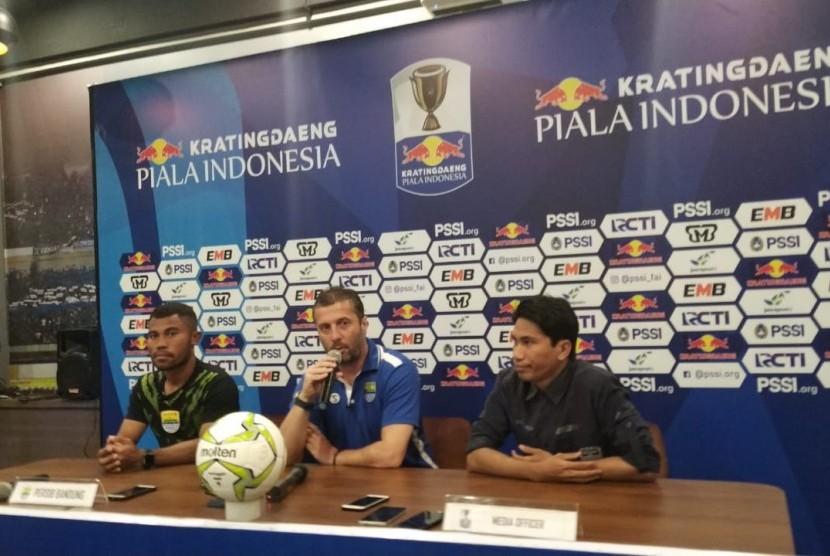Pemain Persib Bandung, Ardi Idrus (kiri) dan pelatih Persib, Miljan Radovic (tengah) di Graha Persib, Jalan Sulanjana, Kota Bandung, Ahad (17/2).
