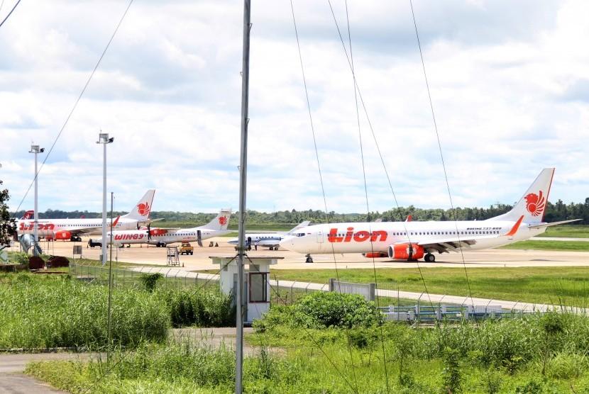 Pesawat Lion Air JT-714 rute Jakarta-Pontianak yang telah berhasil dievakuasi diparkir di Bandara Supadio, Kabupaten Kubu Raya, Kalbar, Ahad (17/2/2019).