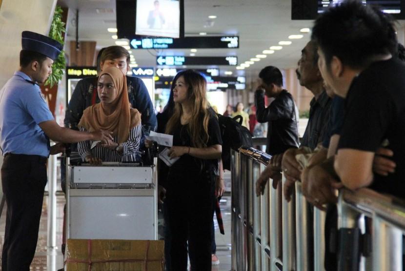 Sejumlah penumpang pesawat memasuki ruang keberangkatan Bandara Supadio, Kabupaten Kubu Raya, Kalbar, Ahad (17/2/2019).