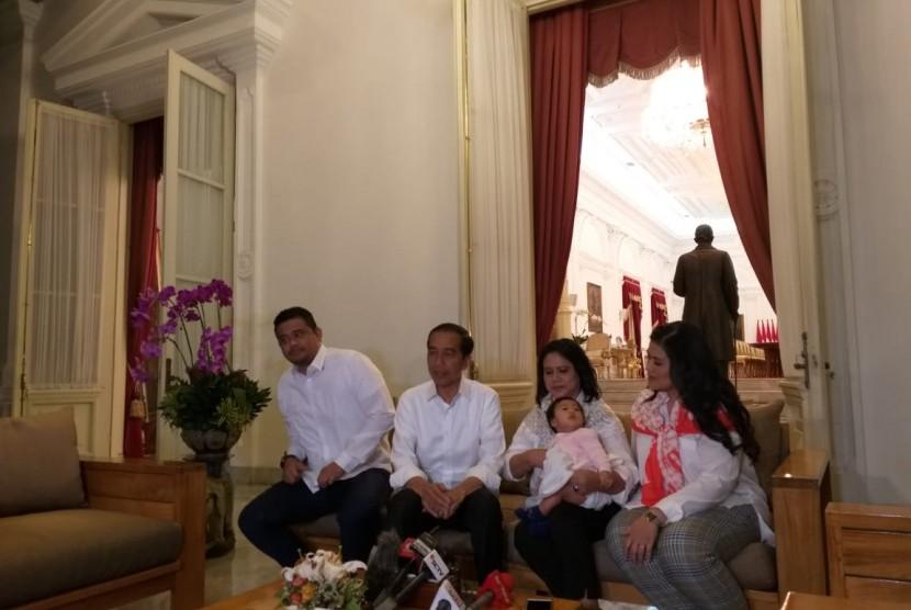 Capres nomor urut 01, Jokowi, bersiap menuju lokasi debat putaran kedua. Jokowi hadiri debat ditemani sang istri, Iriana, dan menantunya, Bobby Nasution.