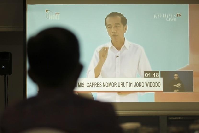 Siluet Wakil Presiden Jusuf Kalla menyaksikan siaran langsung Debat Kedua Pilpres 2019 di rumah dinasnya di Jalan Diponegoro, Jakarta, Ahad (17/2/2019).