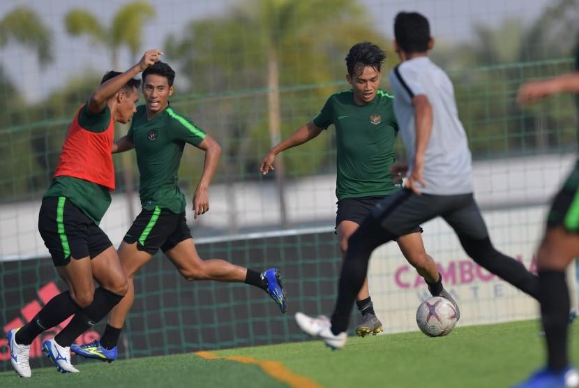Pemain Timnas U-22 Witan Sulaiman (kedua kanan) menggiring bola dalam latihan menjelang pertandingan Sepak Bola AFF U-22 di lapangan AUPP Sport Club, Phnom Penh, Kamboja, Ahad (17/2/2019).