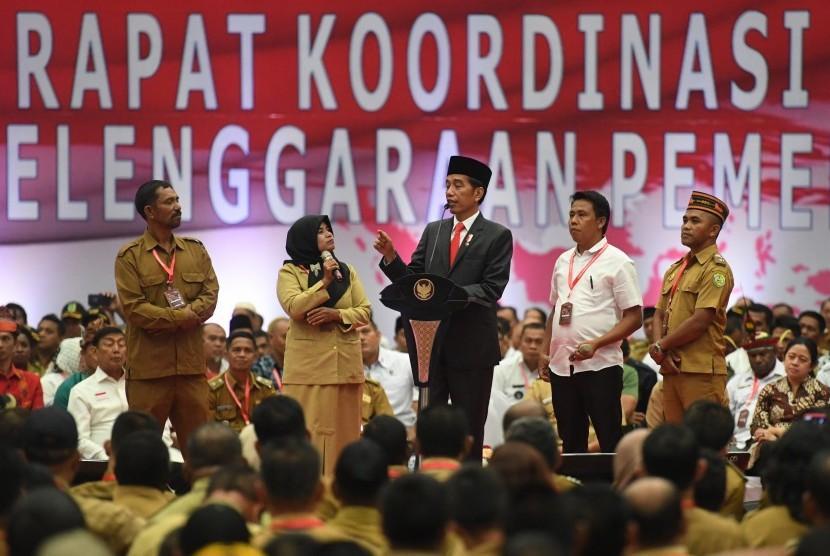 Presiden Joko Widodo (tengah) berdialog dengan perangkat desa dalam acara Rakornas Penyelenggaraan Pemerintahan Desa 2019 di Jakarta, Rabu (20/2/2019).