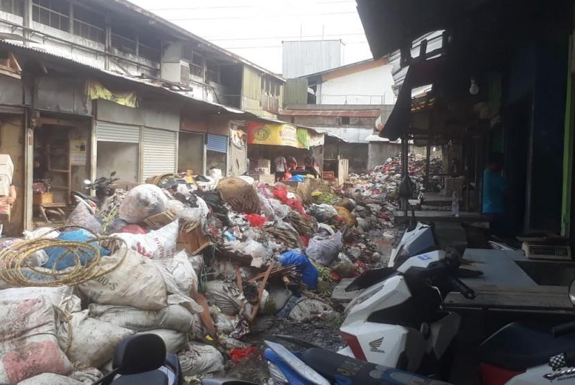 Sampah Pasar Sayati Bandung: Permasalahan sampah di Pasar Sayati tak pernah kunjung beres. Sampah menumpuk dan menutup akses jalan, Kamis (21/2).