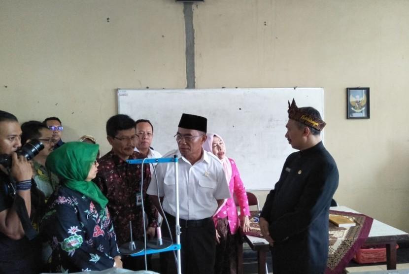 Mendikbud Muhadjir Effendy: Menteri Pendidikan dan Kebudayaan (Mendikbud) Muhadjir Effendy saat mengunjungi SMKN 9 Bandung, Jawa Barat, Kamis (21/2).