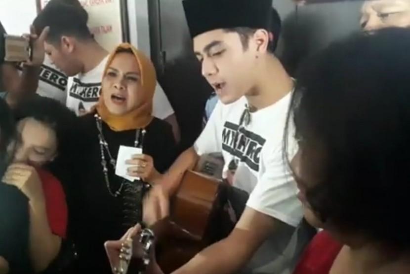 Putra Sulung Ahmad Dhani: Putra sulung Ahmad Dhani Prasetyo, Al Ghazali seusai mengunjungi ayahnya yang tengah menjalani penahanan di Rutan Klas I Surabaya, Medaeng, Sidoarjo, Kamis (21/2).