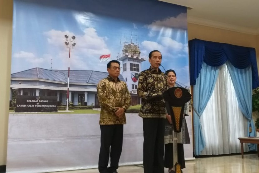 President Joko Widodo holds a press conference at Halim Perdanakusuma airbase, Jakarta, Thursday (Feb 21) prior to his flight to Singapore to visit former first lady, Ani Yudhoyono.