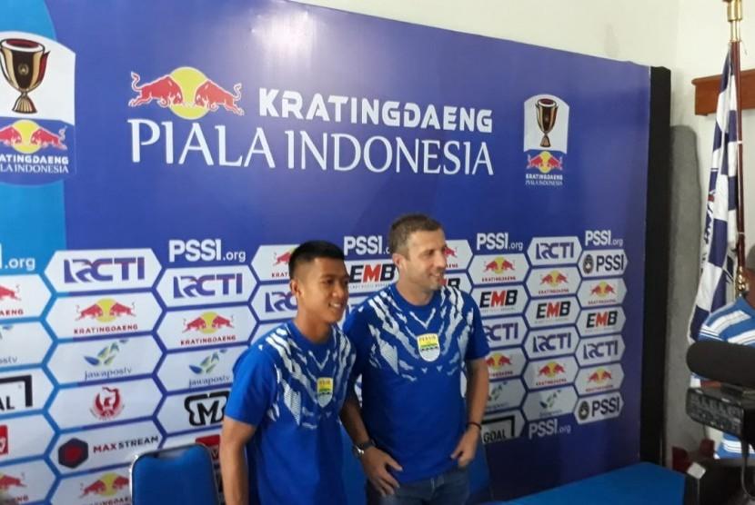 Persib Bandung: Pelatih Persib Bandung, Miljan Radovic dan Pamain Febri Hariyadi memberikan keterangan pers ihwal pertandingan melawan Arema FC di leg kedua babak 16 besar Piala Indonesia 2019, di Kantor Arema FC, Kota Malang, Kamis (21/2).