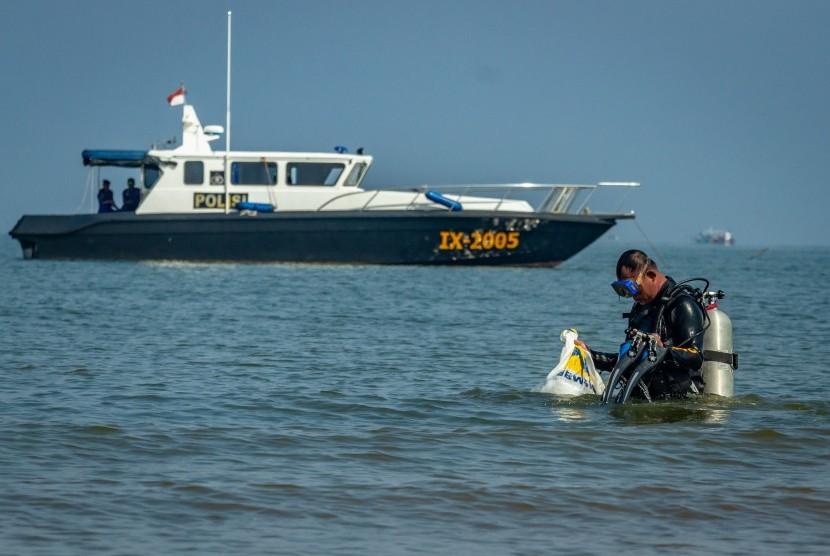 Peduli Sampah Nasional: Penyelam membersihkan sampah di laut (ilustrasi)